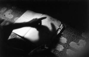 Djibril a conservé ses cahiers de classe du temps de la colonisation. Ici, un poème sur les griots, en français.
